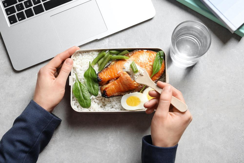 Ernährungsplan Muskelaufbau - Um Muskeln aufzubauen, sieht dein Ernährungsplan ein Kalorienüberschuss vor - Ernährungspläne erstellen leicht gemacht auf www.nattygainscoaching.com